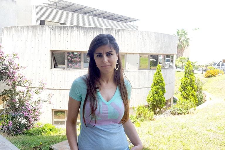 Lara, Lead Développeuse Drupal devant les bureaux