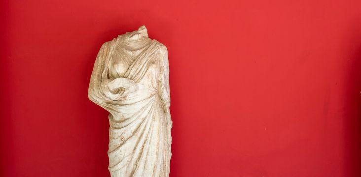 Image illustrant le principe de découplage (une statue sans tête)