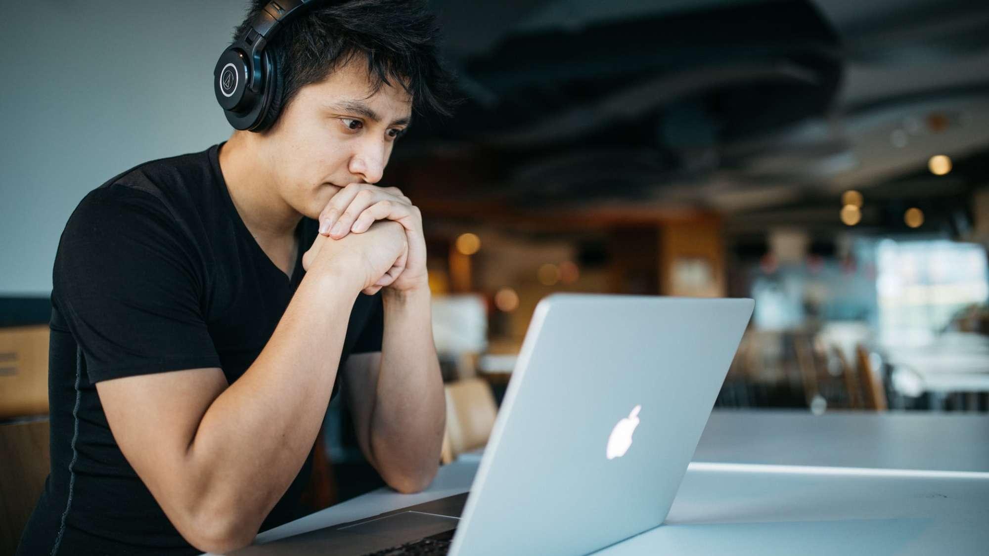 Photo un étudiant sur une plateforme de e-learning